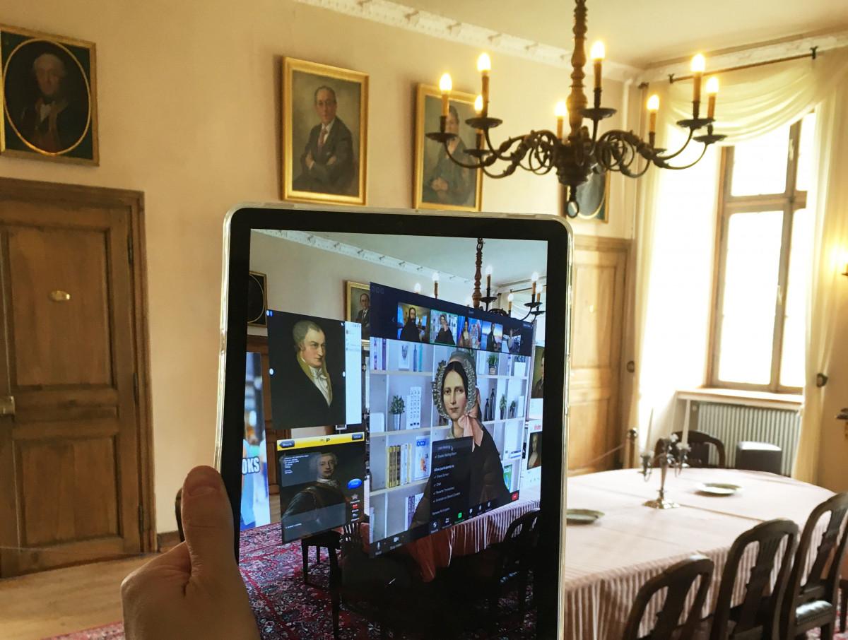 Im Museum hält eine Person ein Tablet in der Hand, auf dem mehr Informationen zu Annette von Droste zu Hülshoff per Augmentet Reality gezeigt werden.